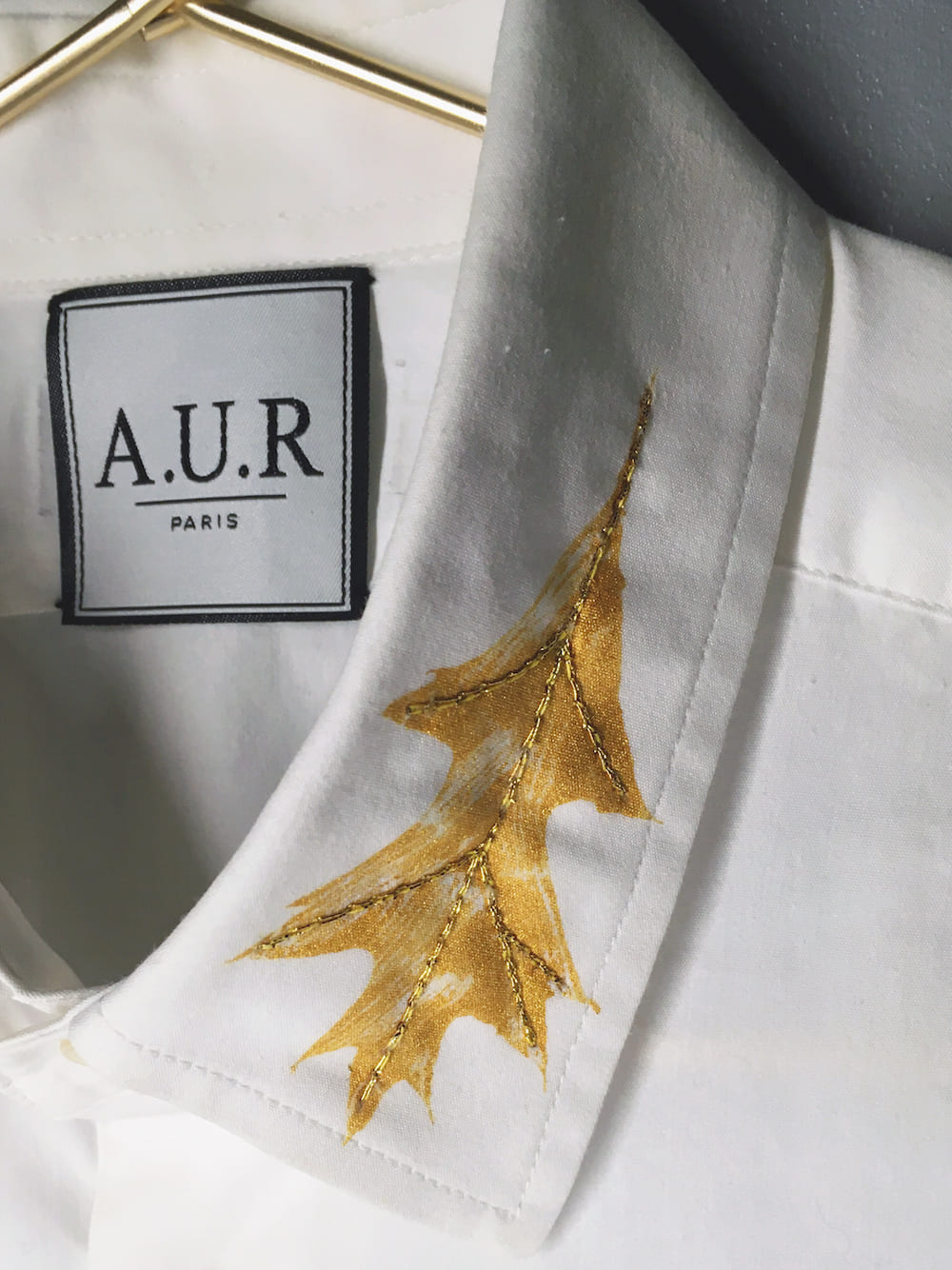 aur paris artisanat unique revalorise chemise vetement upcycling nature fil d or empreinte feuille doree CHC001 col 2